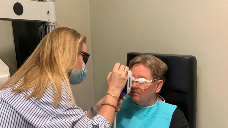 """En af de mange, som har haft glæde af den nye terapeutiske teknologi, er Dorthe Vestergaard fra Aarhus, som dagligt igennem mange år har været generet af """"tørre øjne""""."""