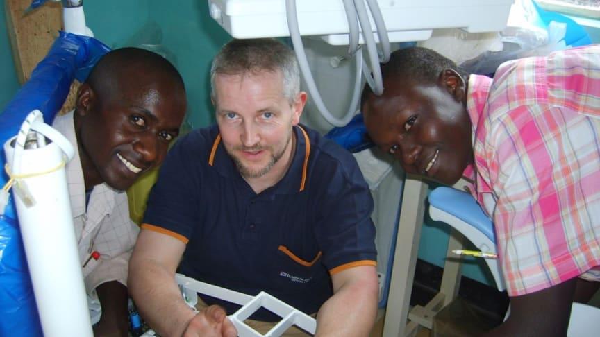 """""""Dentists for Africa"""" Techniker Torsten Rauch bei der Wartung einer Dental Unit. Kevin (rechts) konnte durch das Patenschaftsprojekt eine Ausbildung zum Medizintechniker machen. Heute werden die Zahnstationen durch kenianisches Personal gewartet."""