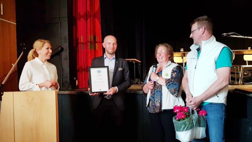 Theresa Hägglund, upphandlingschef på Bodens kommun, och Claes Nordmark (S), kommunalråd, tar emot ett diplom för Innovativ upphandling från Jenny Karlsson och Lars Eriksson på LRF Norrbotten.