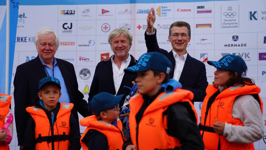 vl_Hans-Werner Tovar_Uwe Wanger_Frank Meier verabschieden die Segelkids und freuen sich auf 2022.