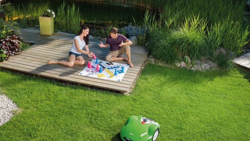 Tid över till annat. En stor majoritet av svenskarna är nöjda med hur deras robotgräsklippare fungerar och underlättar vardagen. Många har till och med döpt sin hjälpreda i trädgården.