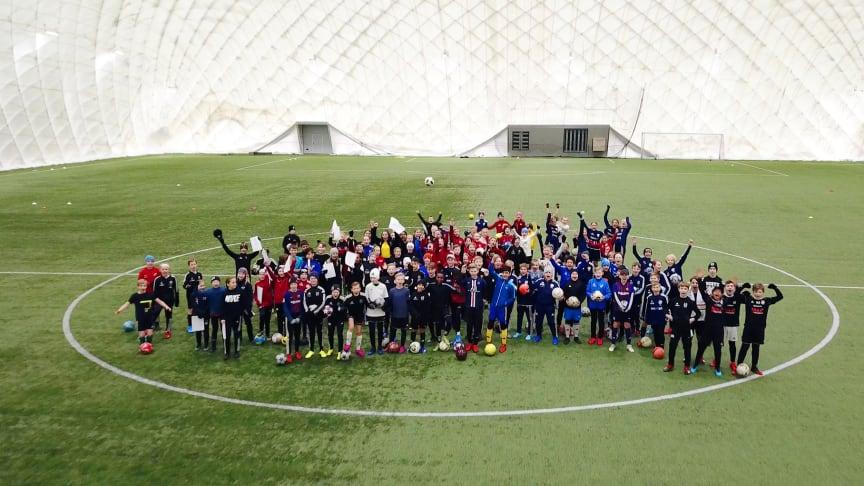 164 ungdomar från 16 olika klubbar i Umeåområdet anmälde sig till den kostnadsfria fotbollsskolan.