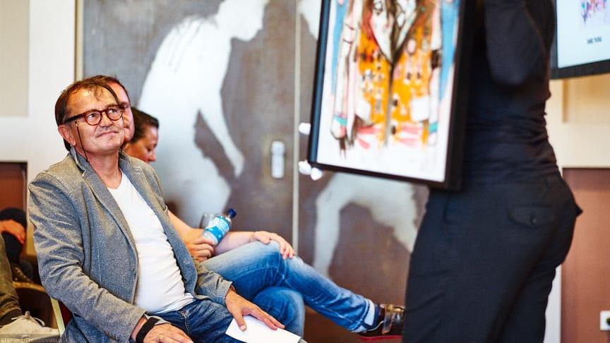 FCSP-Trainer Ewald Lienen verfolgt die Kunstauktion mit Spannung
