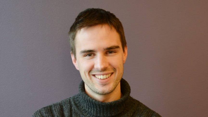 Lars Kristian Stramrud (28) trives hos Undervisningsbygg