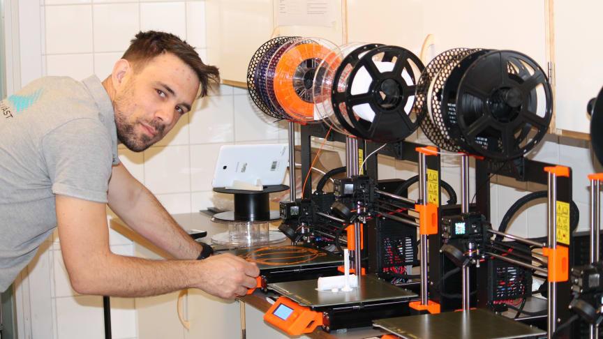 Här pågår 3D-printing av plastvisir till vården, på initiativ av studenten David Simonsson.