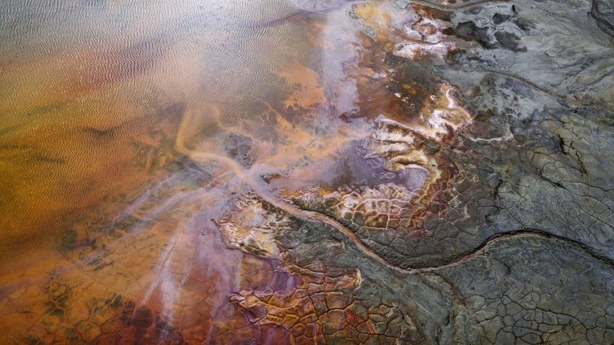 Hans Strands Manmade Land på Fotografiska samlar tre serier vilka visar resultatet av människans ingrepp i naturen. Verken är ofta hisnande vackra, är det expressionistisk konst? Här den förgiftade floden Rio Tinto.  @Hans Strand_Colors of Poison #2