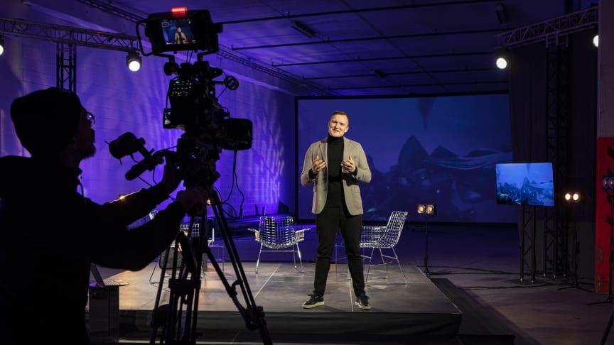 Kommunikasjonsdirektør Chris Guldberg i TV-studioet til Sjømatrådet. Årskonferansen sendes 6.januar fra kl 09.00. Foto: Knut Åserud.