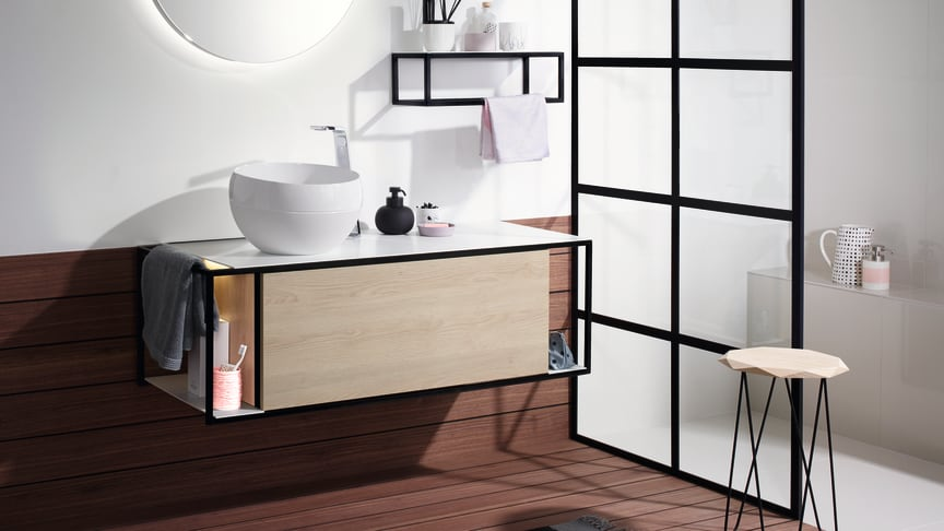 Mit Junit ergänzt burgbad sein Einstiegssortiment und Schnelllieferprogramm Sys10 um eine moderne, Lifestyle-orientierte Stilebene und bietet eine Waschtischeinheit mit Aufsatzbecken zu einem attraktiven Preis-Leistungs-Verhältnis an. (Foto: burgbad)