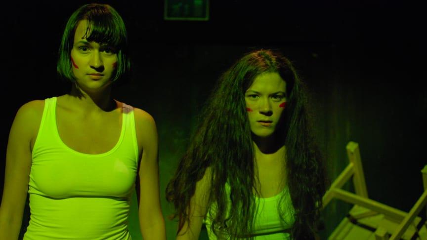 Medlemmar ur feministiska Gruppen gästspelar med sin normkritiska föreställning Men det skulle ni aldrig våga på Folkteatern
