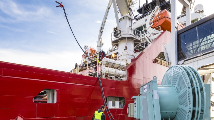 Stadig flere norske havner kan tilby landstrøm til skip slik at de kan slå av motorene når de ligger til kai. Enova går nå inn med statlig støtte til fire nye landstrømprosjekter i Tromsø, Harstad, Vågan og Nordfjord (foto: Enova).