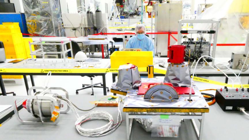 Nu är det svenskledda rymdinstrumentet Particle Environment Package (PEP) redo att skickas till Jupiter och dess isiga månar. IRF ansvarar för PEP som elva länder bidrar till. Två av partikelsensorerna är byggda av IRF i Kiruna. Foto: Airbus