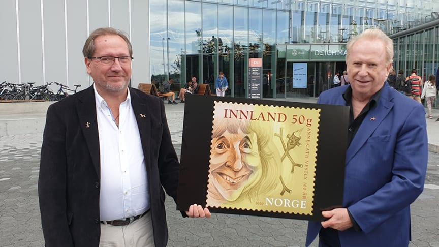 Jo (til høyre) og Håkon Vestly hadde et nært forhold til Knerten i oppveksten. Her viser de fram frimerket med moren. Det er tatt på Anne Cath Vestlys plass i Oslo, foran det nye Deichmanske bibliotek.