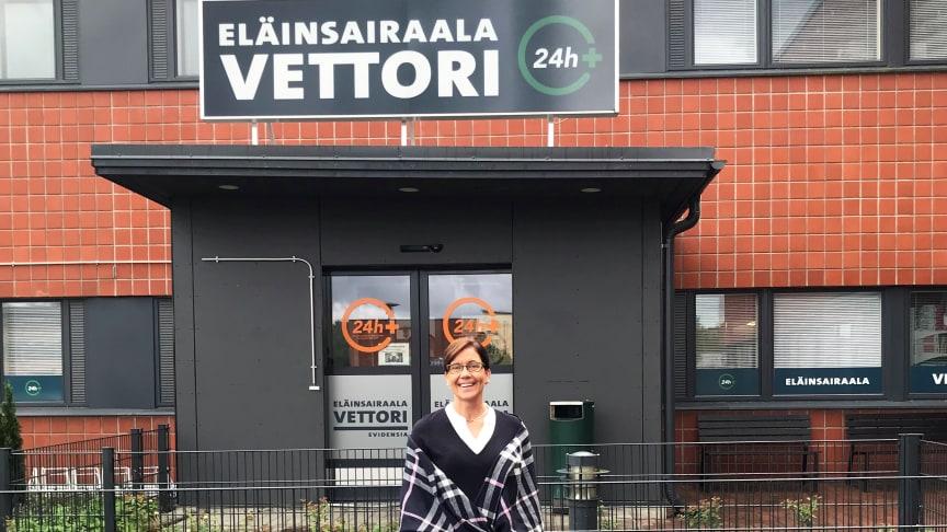 Eläinsairaala Vettorin johtaja, eläinlääkäri Marja-Leena Ivén toivottaa kaikki Turun ja Varsinais-Suomen alueella hoitoa tarvitsevat lemmikit tervetulleiksi Raisiossa sijaitsevaan sairaalaan - oli sitten yö tai päivä.