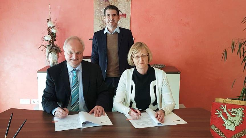 Bürgermeister Martin Seitz (v. l.) und Bayernwerk-Kommunalverantwortliche für Oberbayern, Ursula Jekelius (v. r.), unterzeichnen gemeinsam mit Bayernwerk-Kommunalbetreuer Josef Bestle (h.) den neuen Konzessionsvertrag.