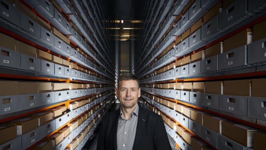 Jan Dalsten Sørensen i Rigsarkivets magasiner
