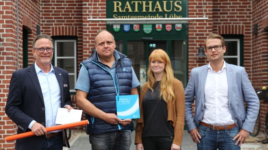v.l.n.r.: Andreas Dankert (Projektleiter Deutsche Glasfaser), Michael Gosch (Samtgemeinde-Bürgermeister), Henrike Lühders (Samtgemeinde Lühe), Tjark Hartmann (Projektleiter Deutsche Glasfaser)