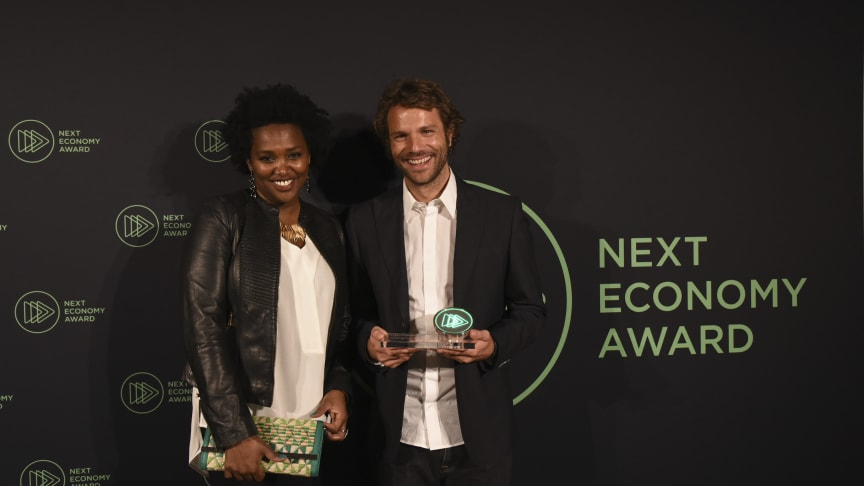Onejiru übergibt Viva con Agua den Next Economy Award
