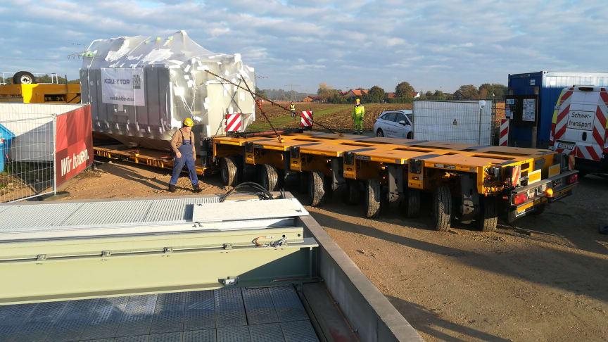 Präzisionsarbeit mit 60 Tonnen schwerer Ladung: Der erste von zwei neuen Transformatoren erreicht das neue Umspannwerk Olching.