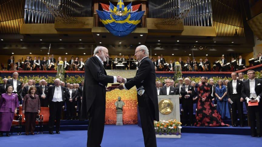 Dr. William C. Campbell tar emot Nobelpriset i fysiologi eller medicin 2015.