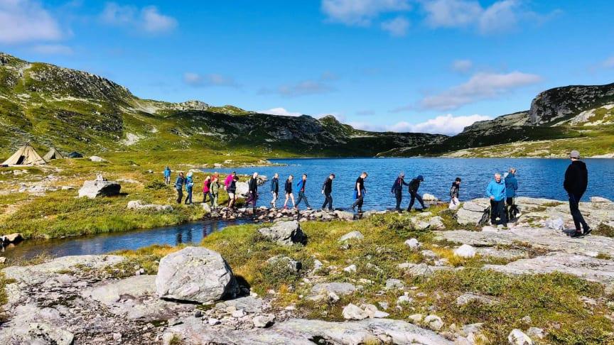 Bø Fiskelag gir elever på Bø ungdomsskole en smak av friluftslivet, og får støtte til telt med ovn. (Foto: Arnhild Siljan)