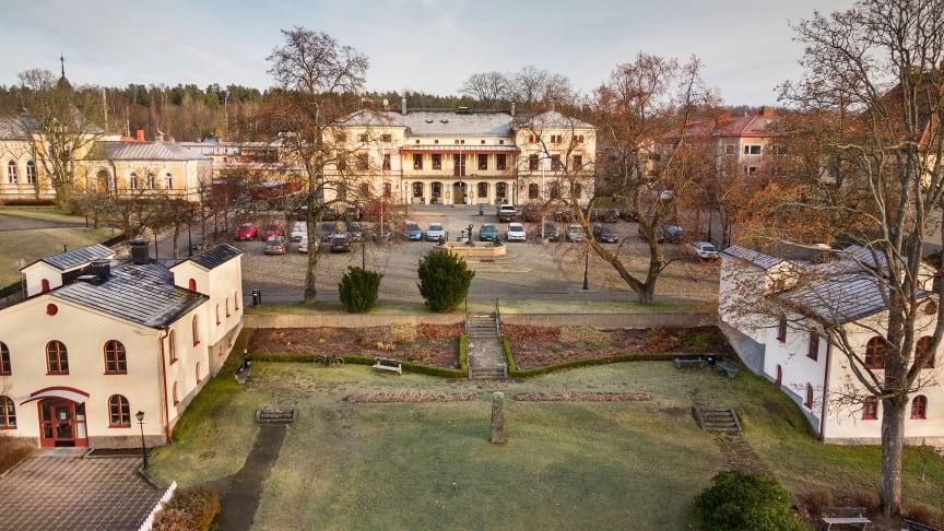 Rådhustorget är den kulturhistoriskt bäst bevarade delen av Lindesberg med flera kulturminnesmärkta byggnader som det finns ett gemensamt riksintresse av att bevara. Foto: Rolf Karlsson (Bildmakarna Media)