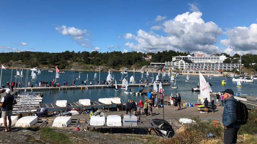 Optimistjollarna redo för start i Lilla Tjörn Runt. Foto: Carin Kling
