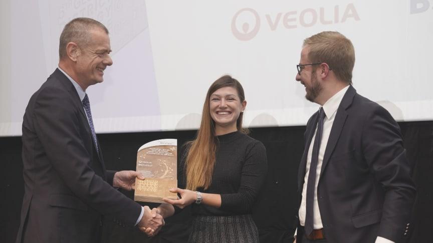 Projektingenieurin Marta Rudzka und Dominik Gehling, Technischer Leiter bei Veolia Energie Deutschland, nehmen den Preis entgegen.