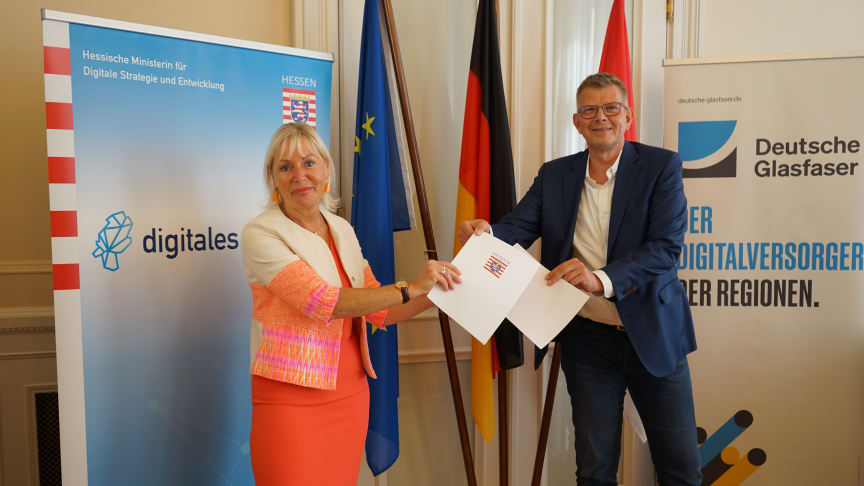 Hessens Digitalministerin Kristina Sinemus und Thorsten Dirks, CEO von Deutsche Glasfaser, nach der Unterzeichnung des Letter of Intent (LOI).