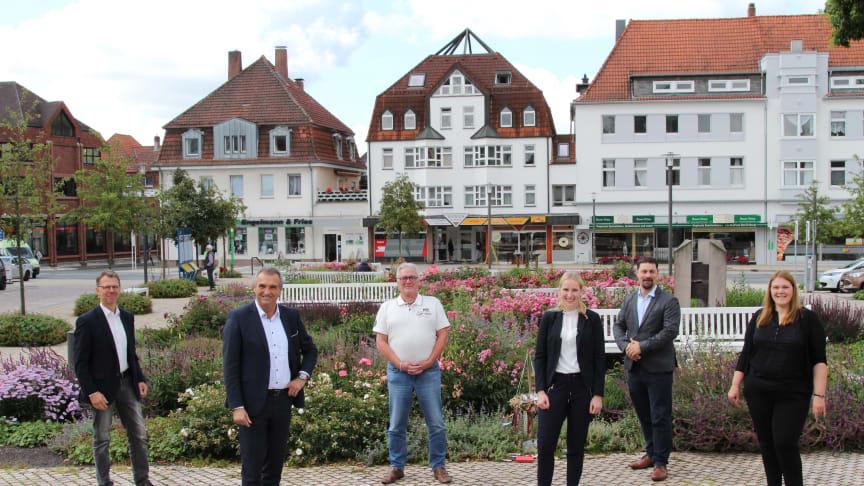 Gemeinsam für Kund*innen (v. l.): Michael Wippermann, WW, Bürgermeister Burkhard Deppe, Rainer Suhr, Geschäftsführer STW Bad Driburg, Leonie Riekschnietz und Sascha Gödecke, WW, Verena Reimann, Prokuristin STW Bad Driburg.
