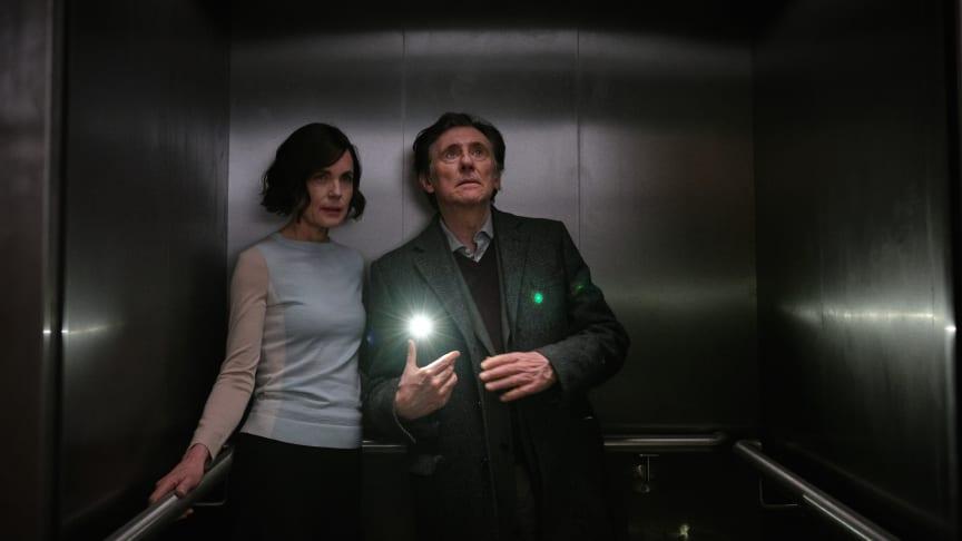 Elizabeth McGovern och Gabriel Byrne spelar två av huvudrollerna i det spännande sci-fi dramat War of the worlds.
