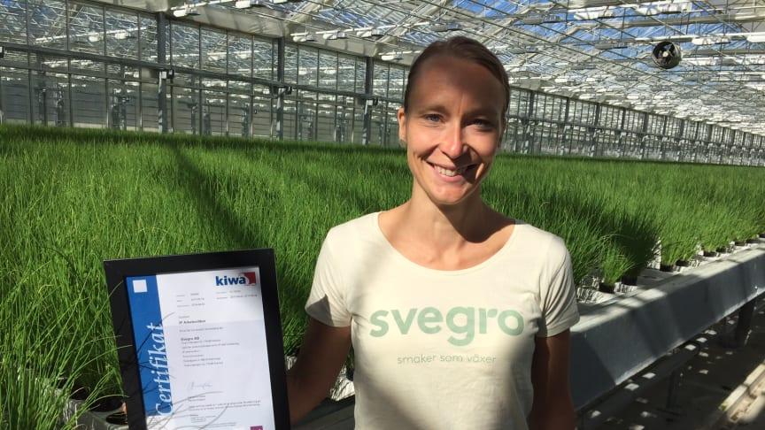 Kristin Orrestig på Svegro visar upp certifieringen