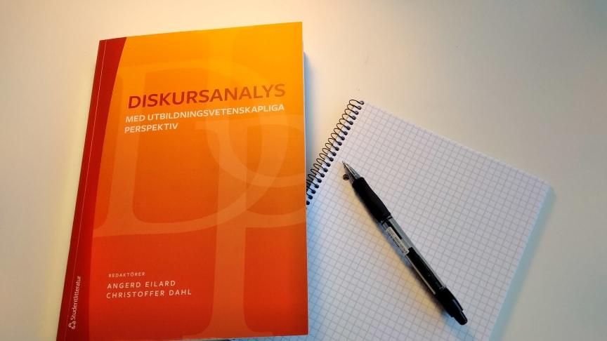 Diskursanalys kan ibland uppfattas som en komplicerad metod. Men redaktörerna Angerd Eilard och Christoffer Dahl vill göra den mer begripligt och lättillgänglig.