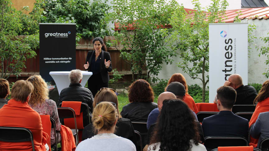 Mina Dennert från #jagärhär, förra årets vinnare av Almedalsstipendiet, på plats i Greatness PR:s trädgård i Visby.