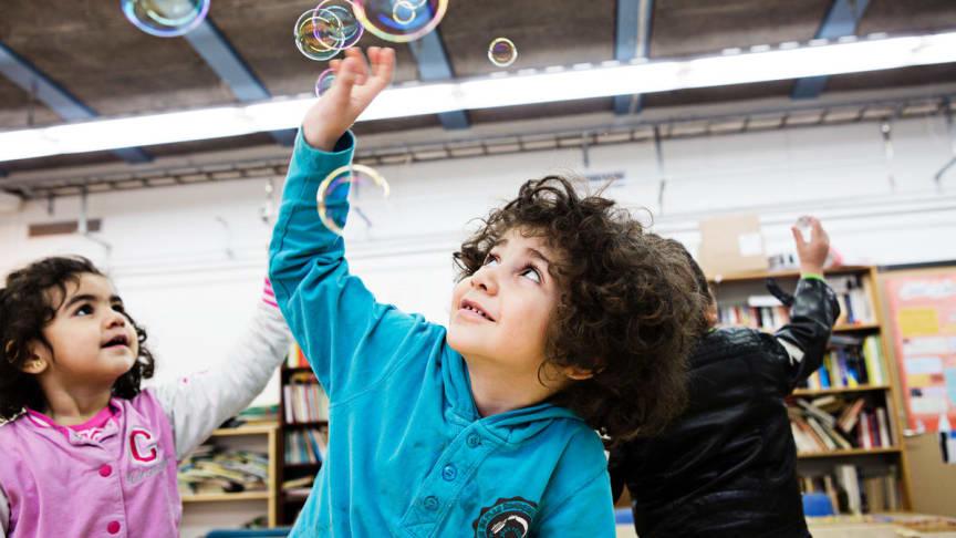 Barn leker i en av Rädda Barnens verksamheter