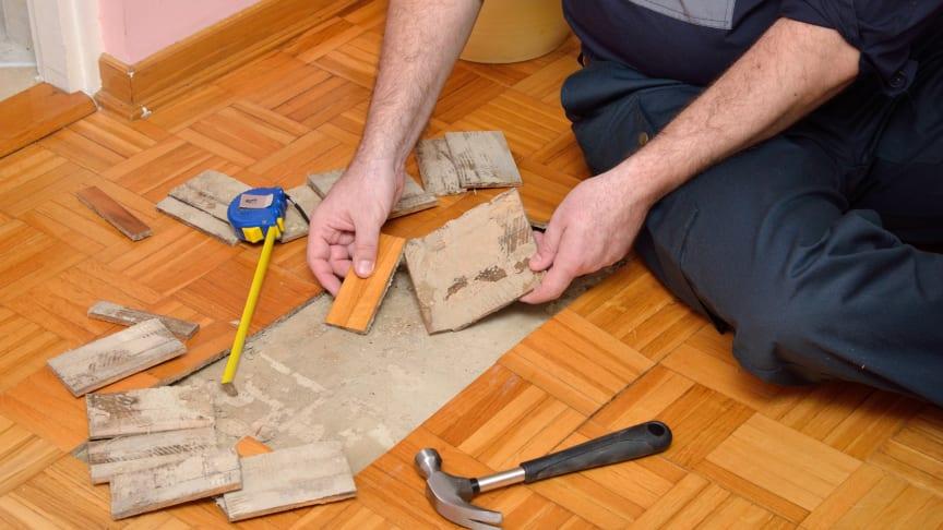Kretsloppsmärkningen ger besked om vilka material som är inbyggda i golvkonstruktionen och hur de ska tas om hand och återvinnas vid framtida utrivning. Den innehåller också instruktioner för städning som förlänger golvets livslängd.