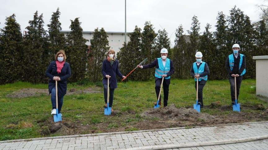 Gemeinsamer Spatenstich im Gewerbegebiet in Sendenhorst. Von links nach rechts: Annette Görlich, Katrin Reuscher, Roland Waleska, Hasan Sengün und Sebastian Kays.