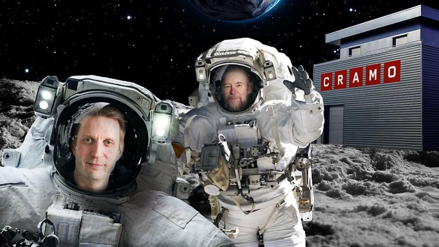 Esko Valtaoja ja Tuomas Myllynen suunnittelevat avaruuden valloitusta.