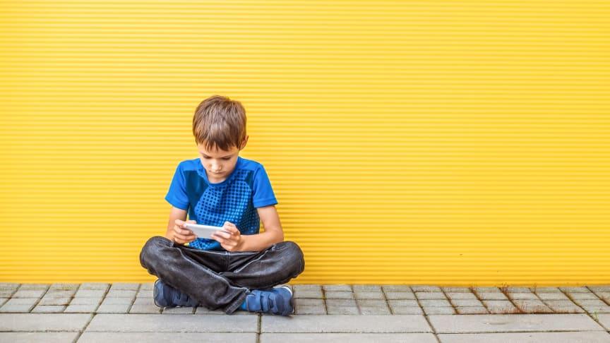 Childhood och Regnbågsfonden lanserar ett gemensamt initiativ för att uppmärksamma och stärka arbetet mot sexuella övergrepp mot pojkar