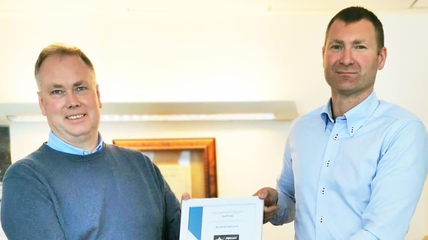Revisjonsleder Geir Aure i Kiwa (t.v.) overrekker ISO-sertifikatet til daglig leder Børre Eimhjellen i AirLift Solutions.