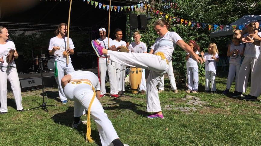 Capoeira er ein av dei populære verkstadane på 10-årsjubileet for Bornas Verdsdagar Førde laurdag 23. november. Ellen Hestnes Ribeiro som er i aksjon her, er ein av instruktørane.
