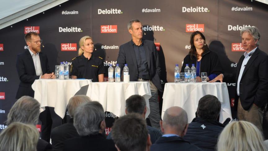 Från vänster: Jakob Forssmed, ekonomisk-politisk talesperson för Kristdemokraterna, Linda Staaf, underrättelsechef vid polisen, Sir Rob Wainwright, partner inom Deloitte, Josefin Lindstrand, jurist vid Clearstone och Casper von Koskull, vd Nordea.