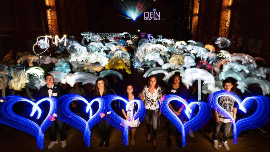 Der Lichtkünstler Ulrich Tausend malt mit 400 Gästen ein Lichtbild zum 5. Jubiläum von DEIN MÜNCHEN