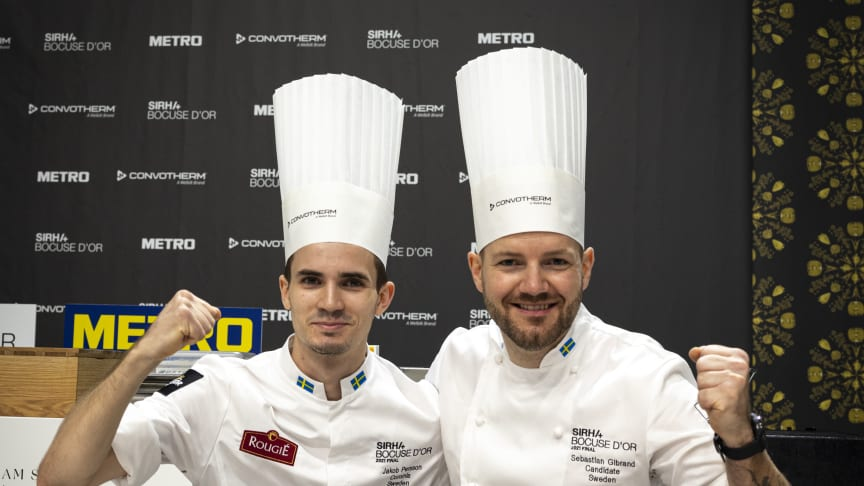 Sebastian Gibrand (höger) tillsammans med commis/assistent Jakob Persson under tävling i Bocuse d'Or
