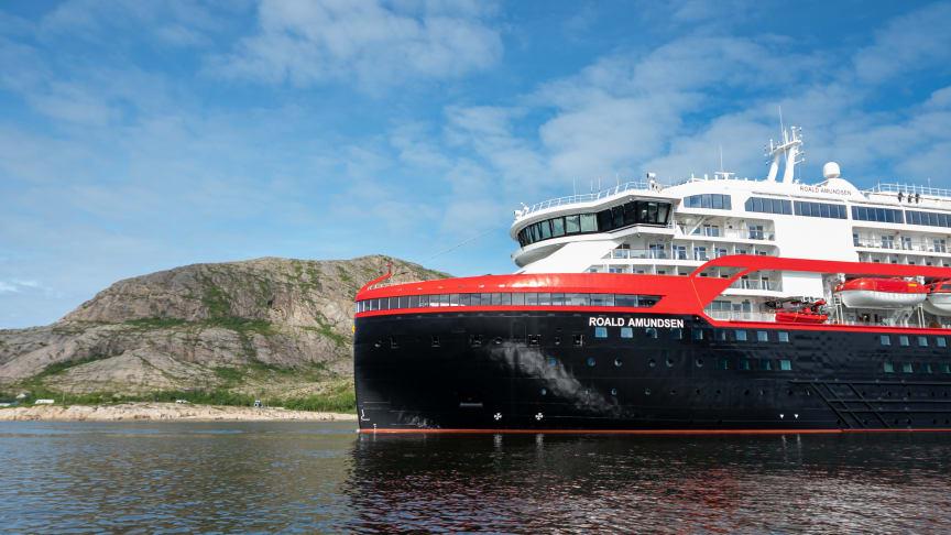 DØPES I IS - MED IS: Hurtigrutens nybygde hybridskip MS Roald Amundsen blir det første skipet noensinne som døpes i Antarktis. Dåpen skjer senere i høst. Foto: ESPEN MILLS/Hurtigruten
