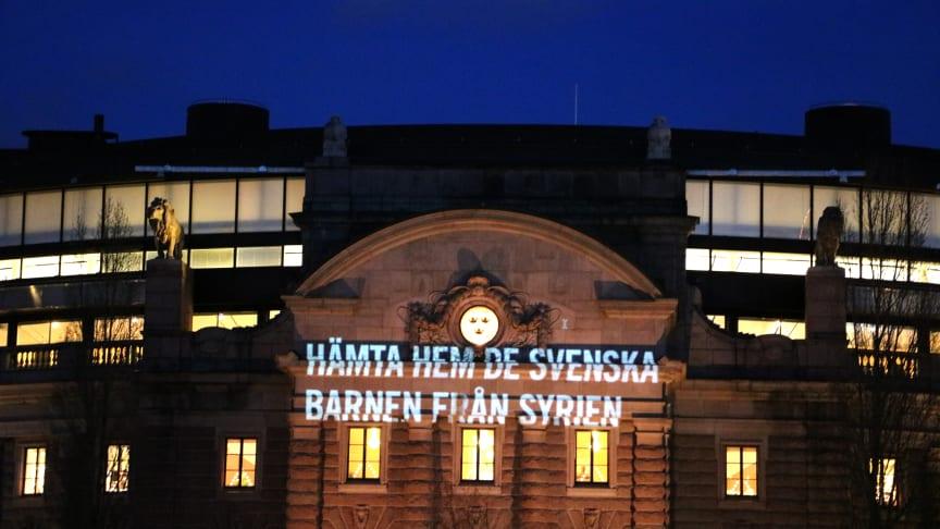 Om inte regeringen agerar nu riskerar flera oskyldiga svenska barn att dö i nordöstra Syrien säger Rädda Barnen.