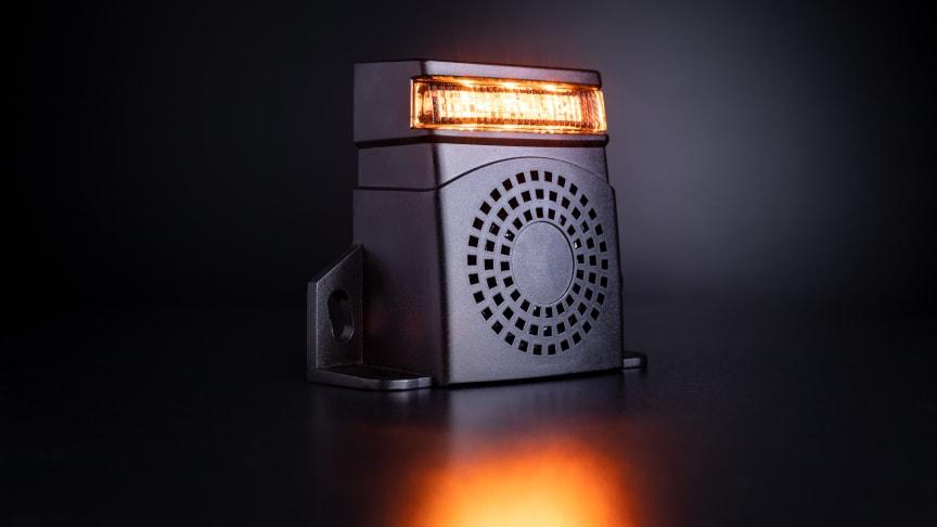 Ett kraftigt pipande ljud tillsammans med en blixtljusfunktion gör både syn och hörsel uppmärksamt på backande fordon.