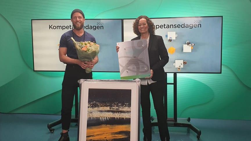 HR-direktør Wenche Mittet i Telia Norge mottar HR Norges Kompetansepris for 2021 sammen med Chris Hovde, Global People Movement Lead i Telia, på HR Norges digitale arrangement.