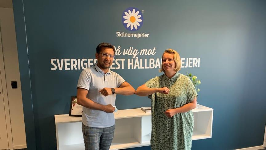 Omid Mahmoudi, verksamhetsansvarig på Mötesplats Otto, och Jeanette Flodqvist, Hållbarhetschef på Skånemejerier