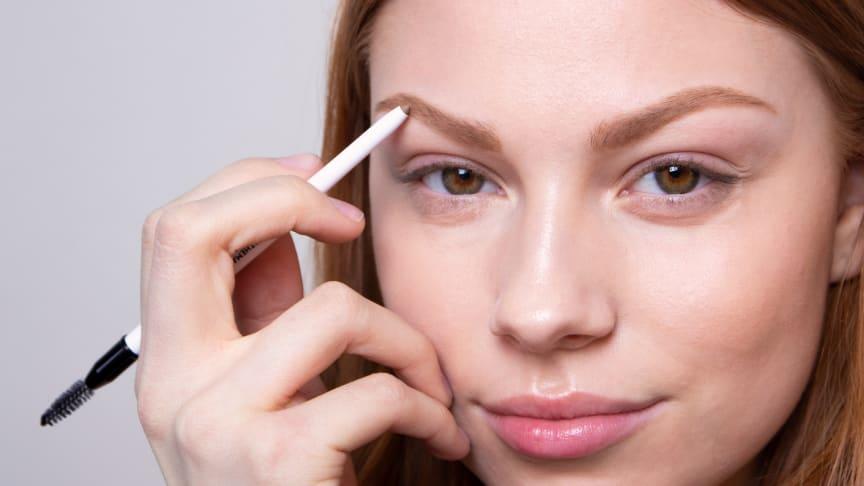 Vitamin B Brow/Eye Marker - en nyhet från MAKETHEMAKE som definierar och markerar brynen och fungerar lika fint till ögonen.