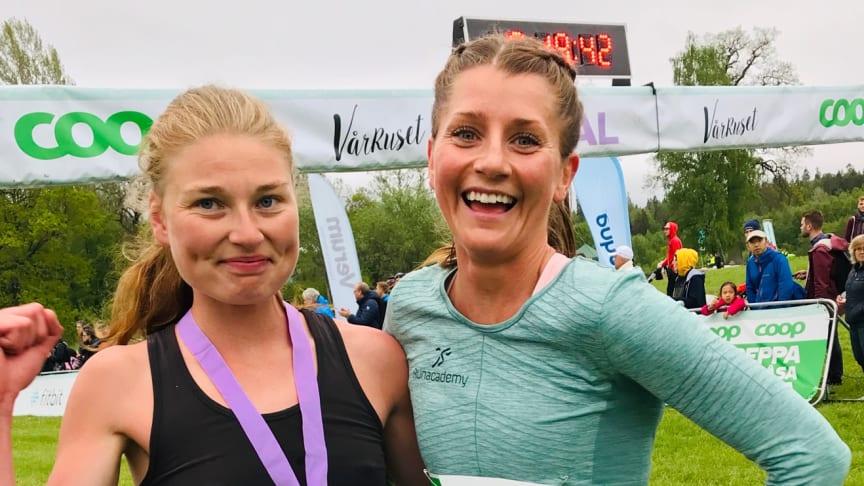 Vinnaren Lisa Ring till vänster tillsammans med Linnea Isaksson 6:a i mål.